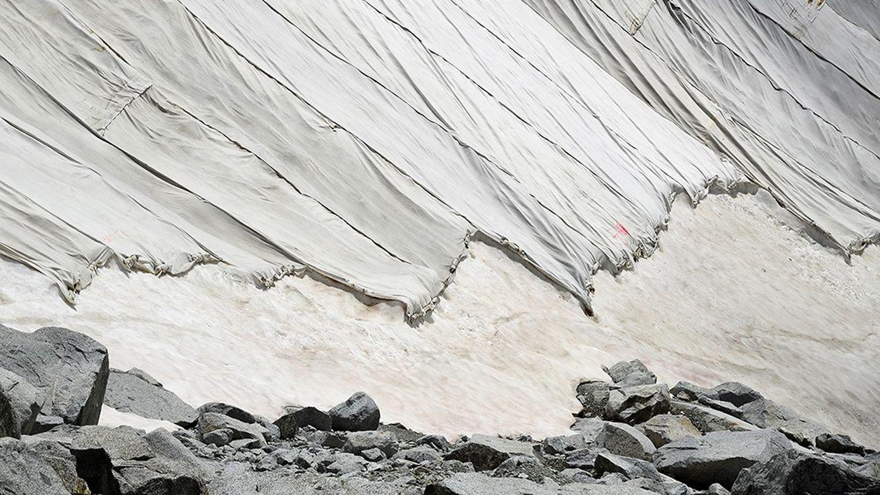En juin 2020, 100000 m2 du glacier italien de Presena ont été recouverts pour ralentir sa fonte.