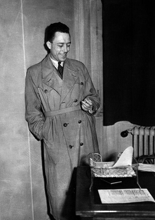 Albert Camus dans les locaux du journal «Combat», en 1944. «L'Etranger», son premier roman, est paru deux ans plus tôt.