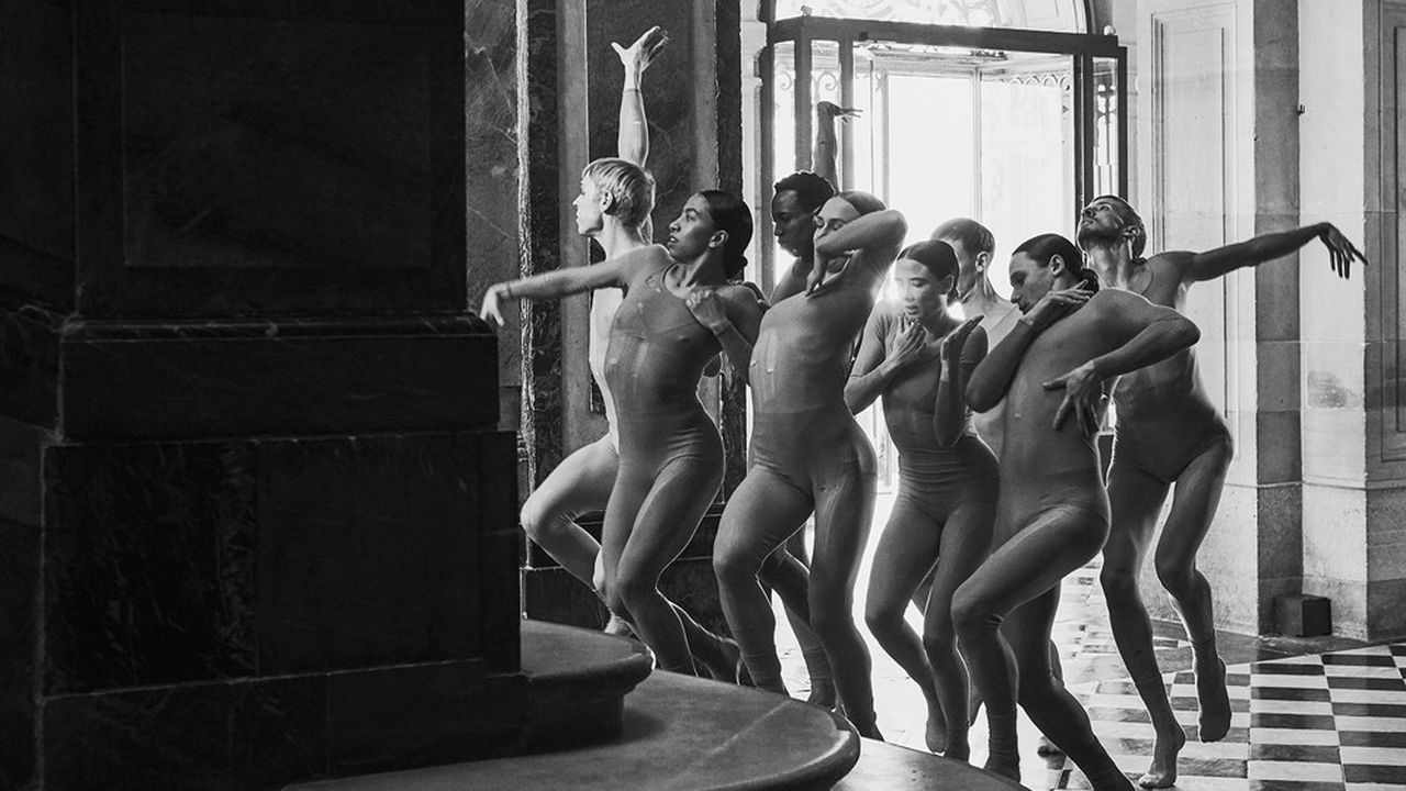Chorégraphie de Sharon Eyal lors de la présentation de la collection prêt-à-porter automne-hiver 2021-22 de Dior au château de Versailles.
