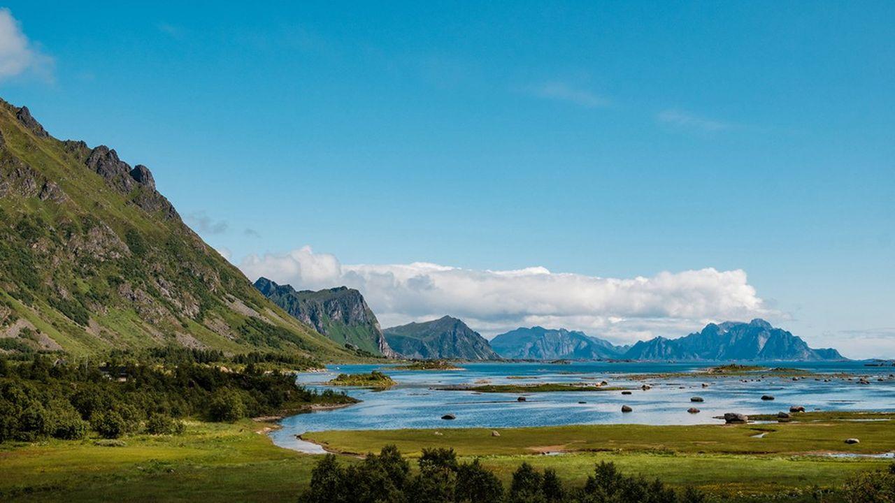30/06/2019 - Sur la route, entre Stamsund et Valberg, sur l'ile de Vestvagoya, dans l'archipel des Lofoten *** Local Caption *** Lofoten Nordland Norvege Valberg archipel eau ensoleille ete ile mer montagne montagneux nature soleil tourisme visite voyage