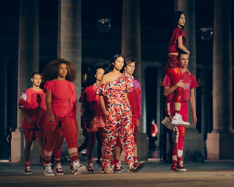 Danseurs et mannequins dans les jardins du Palais-Royal, dans une mise en scène du collectif (La)Horde pour la collection printemps été 2021 d'Isabel Marant.