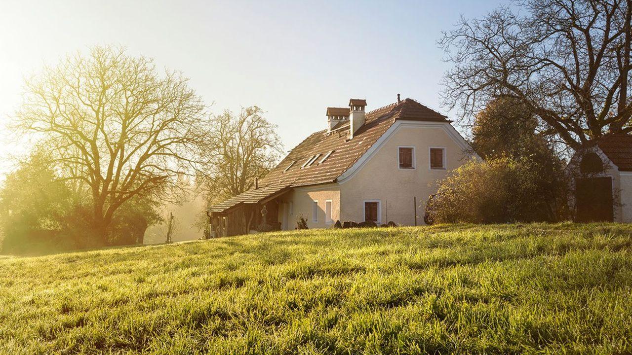 Après trois années de hausse modérée, selon la FNSafer, le prix des maisons à la campagne progresse vivement en 2020 (+6,4%) et s'établit à 182.000euros.