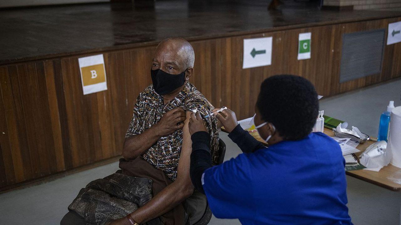 L'Afrique du Sud reprend la deuxième phase de son programme de déploiement de vaccination, qui cible les groupes vulnérables âgés de 60 ans et plus, comme ici à Germiston, le 17mai dernier.