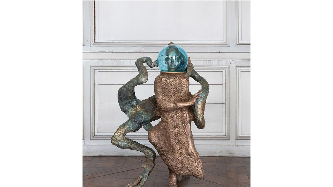 Jean-Marie Appriou aime jouer avec les matières pour modeler un bestiaire et des personnages étranges. Ici «The Blood Drop», en bronze patiné et verre soufflé à la main, à vendre 45.000euros.