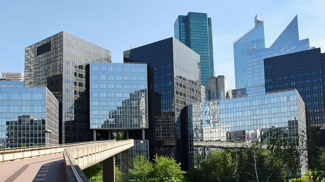 Un bâtiment moderne dans le quartier d'affaires de la Défense.