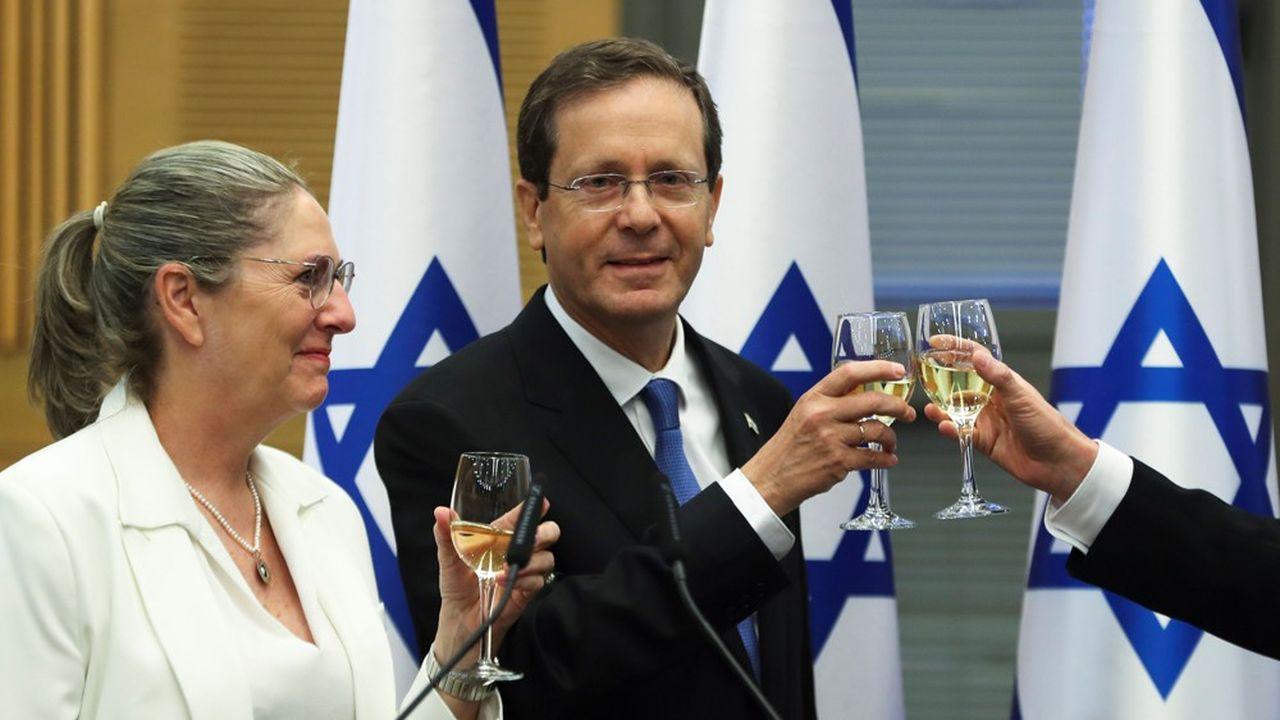 Le nouveau chef de l'Etat israélien, Isaac Herzog, et sa femme Michal trinquent après sa large élection par la Knesset.