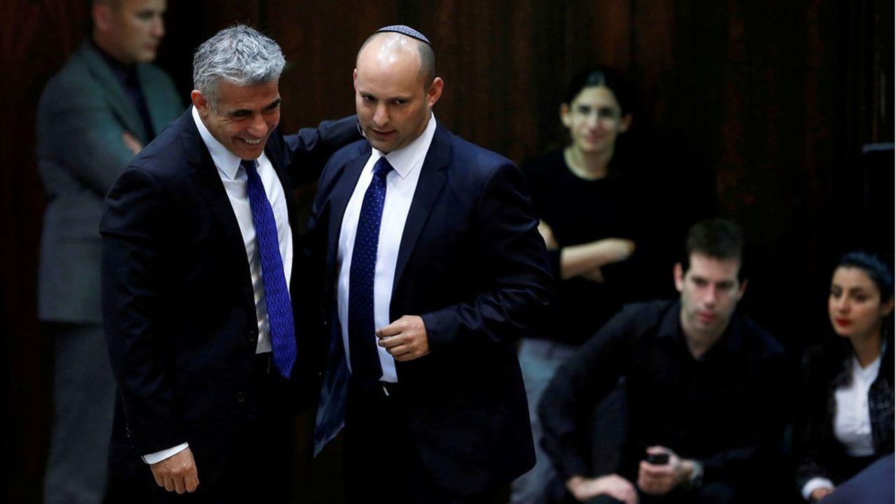 Naftali Bennett (à gauche), chef de Yemina, assurera la fonction de Premier ministre pendant deux ans, avant de céder la place à Yaïr Lapid.