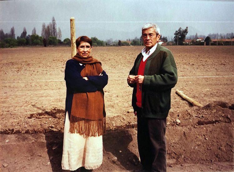 Tela et Arturo Perez, en 2002 à Pirque, dans la vallée de Maipo, lors de la plantation des vignes.