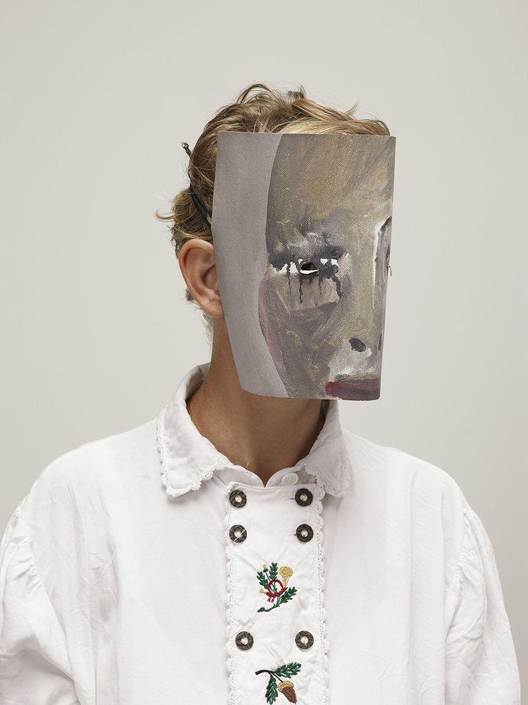 Ritratto di Laure Provost con la maschera.