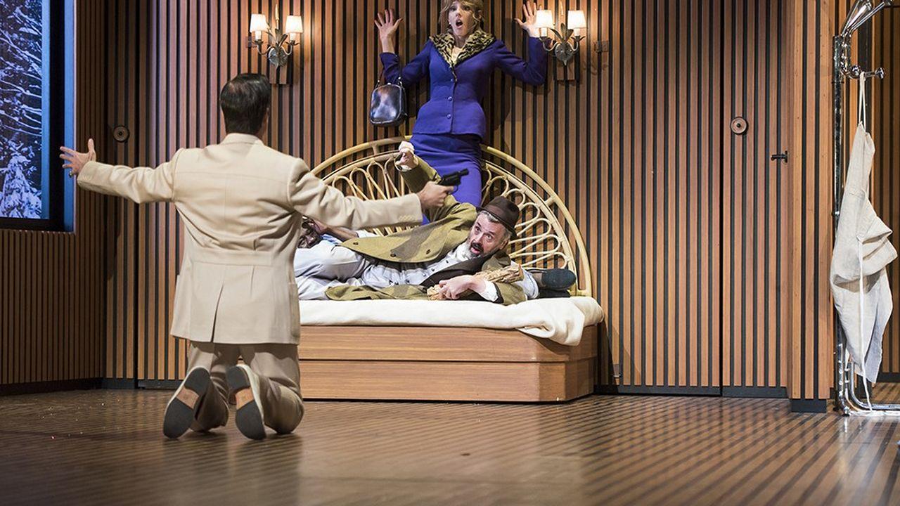 La Puce à l'oreille, mise en scène par Lilo Baur, avec Pauline Clément et Serge Bagdassarian.