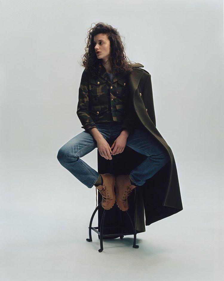 Manteau en laine, veste et T-shirt en coton, jean en union wash denim, bottines en toile et cuir de veau, CELINE PAR HEDI SLIMANE. Chaussettes personnelles.