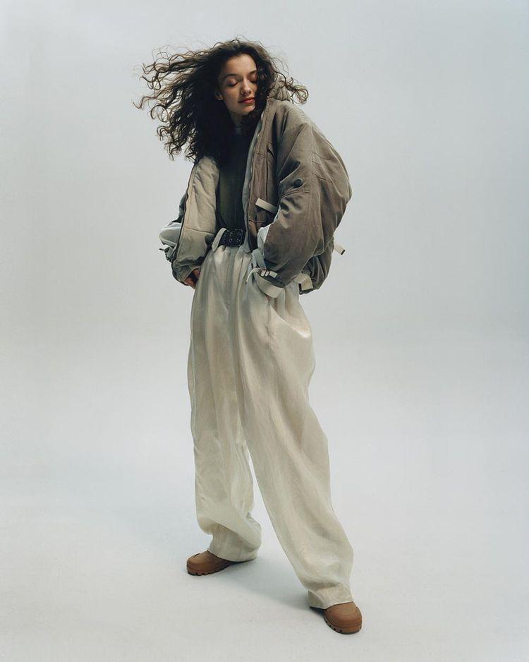 Veste en gabardine de coton et pantalon en satin de soie et lin, LOUIS VUITTON. T-shirt en coton vintage chez LE VIF BOUTIQUE. Ceinture vintage. Bottines en toile et cuir de veau, CELINE PAR HEDI SLIMANE.