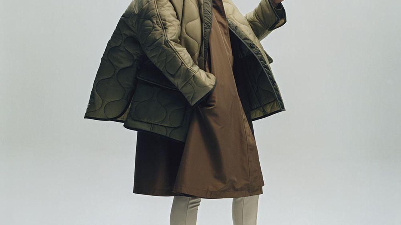 Veste matelassée et legging en polyester, THE FRANKIE SHOP. Manteau «Blaise Short» en soie, LORO PIANA. Chaussettes personnelles. Bottines en toile et cuir de veau, CELINE PAR HEDI SLIMANE.