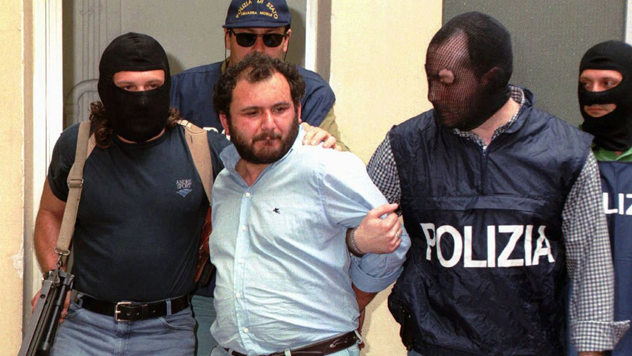 Giovanni Brusca, escorté par la police, en mai1996.