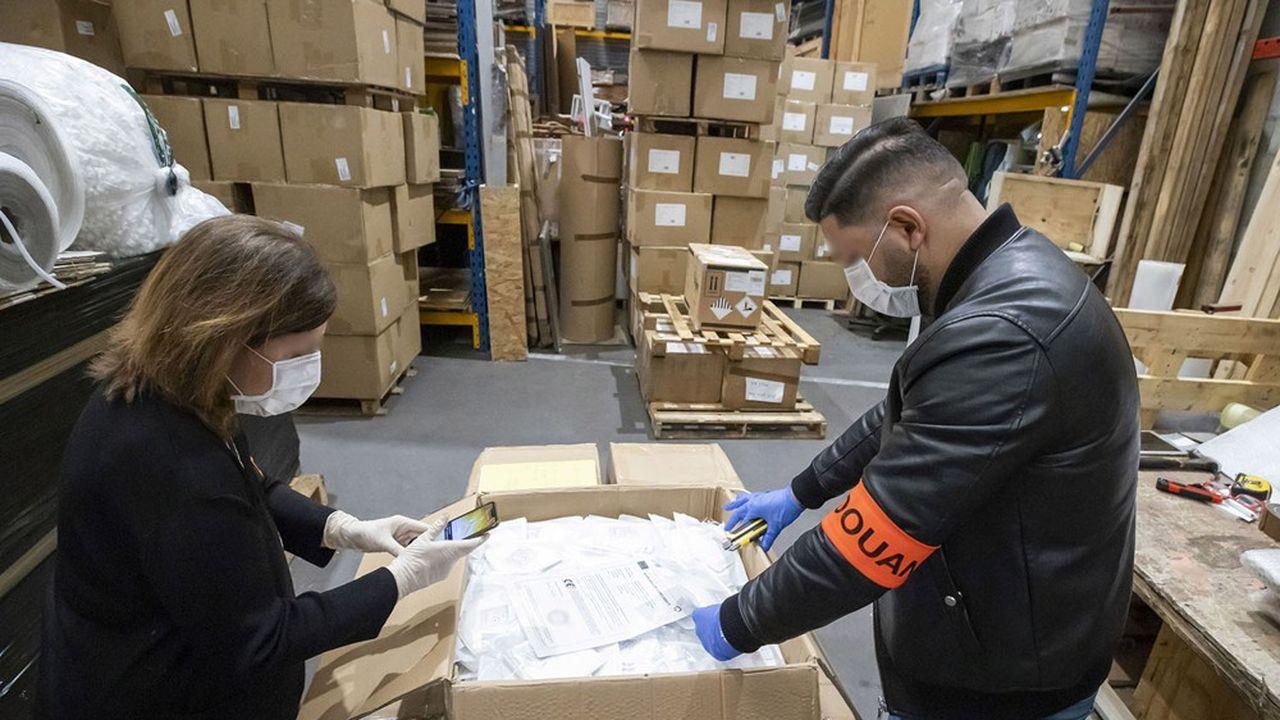 Les douanes françaises vérifient la conformité des masques FFP2 en provenance de Chine alors que l'activité de contrefaçon des produits médicaux a progressé durant la pandémie.