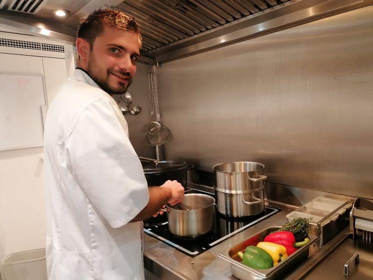En l'absence des propriétaires sur le bateau, Antoine Danthu cuisine seulement pour l'équipage.