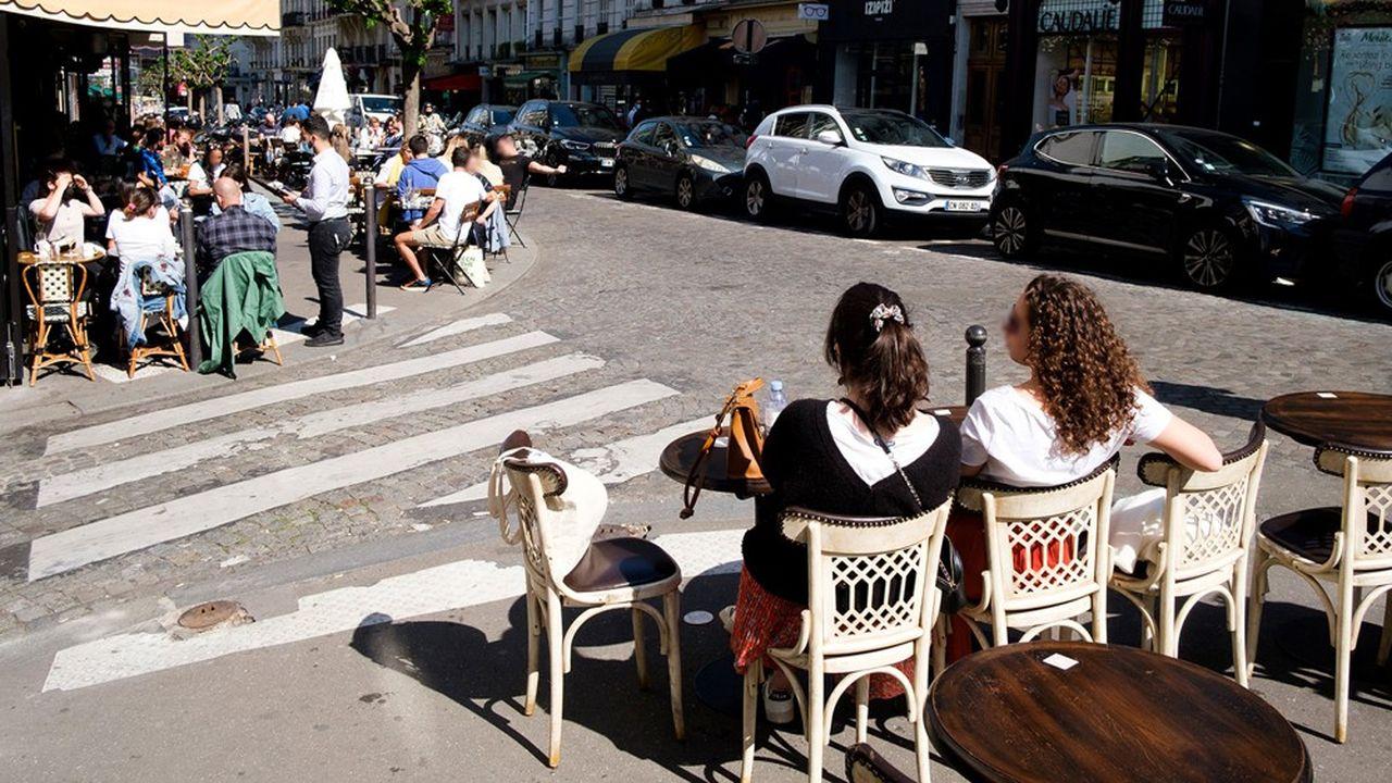 Terrasses élargies dans le quartier de Montmartre à Paris.