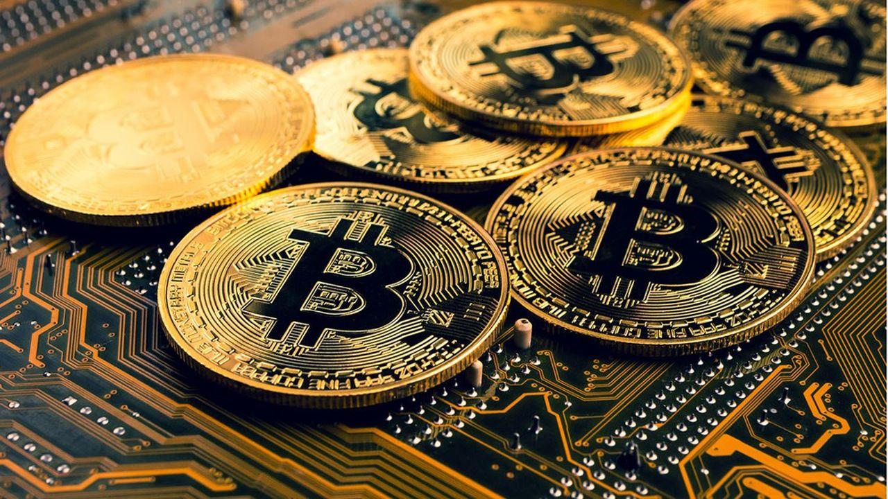 A 33.215dollars (27.275euros), le bitcoin progresse de 13% en 2021 mais a perdu 49% depuis son record à 64.829dollars.