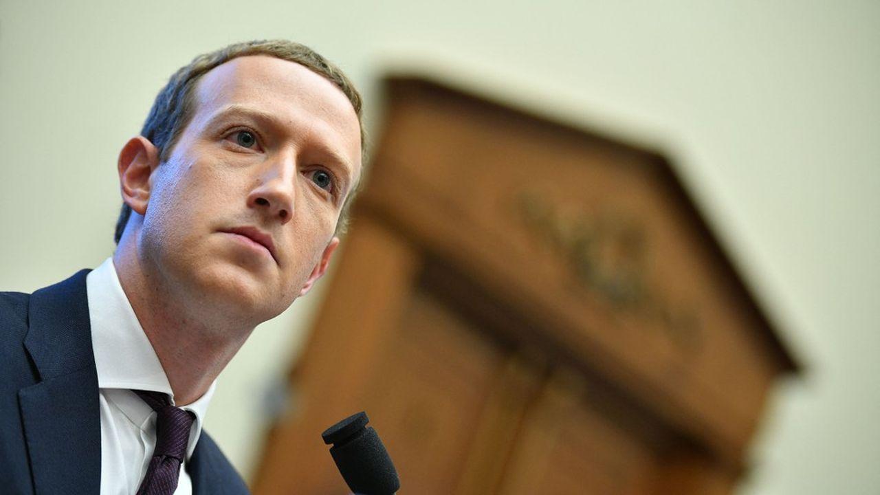 Le patron de Facebook, Mark Zuckerberg, est engagé dans une confrontation directe avec Apple.