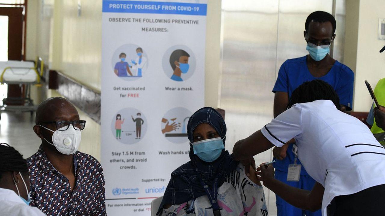 Un médecin vaccine un patient à l'hôpital central de Nairobi, au Kenya, dans le cadre du programme national de vaccination contre le Covid-19.
