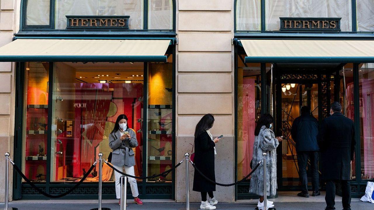 Hermès affiche une valorisation spectaculaire à plus de 65 fois les bénéfices attendus.