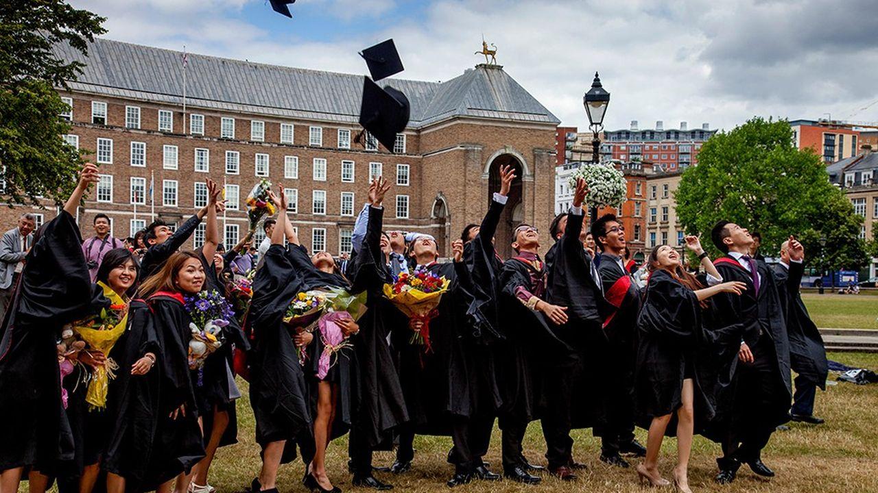 Des étudiants de l'Université d'Angleterre occidentale (UWE), à Bristol, lors de la cérémonie officielle de remise des diplômes