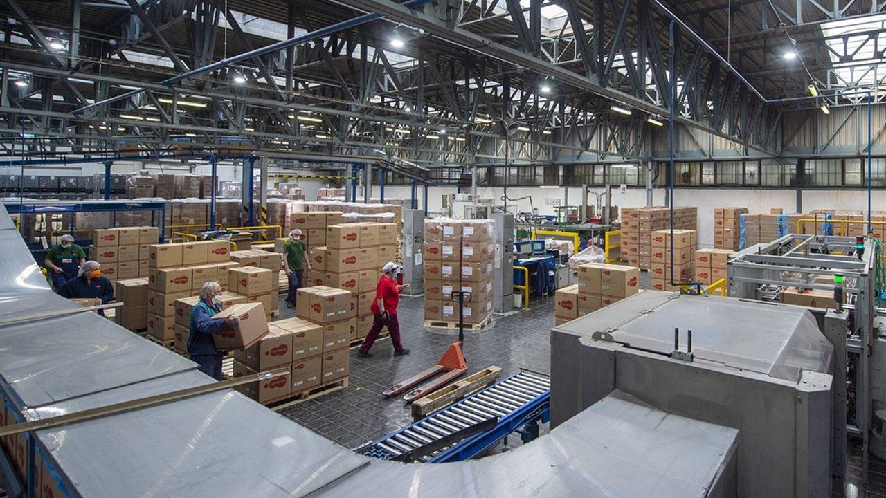 En République tchèque, les salaires ont bondi de 4,1% en 2020, selon Eurofound. Ici une usine de fermetures métalliques pour l'alimentation dans l'usine Tecnocap de Strizovice.