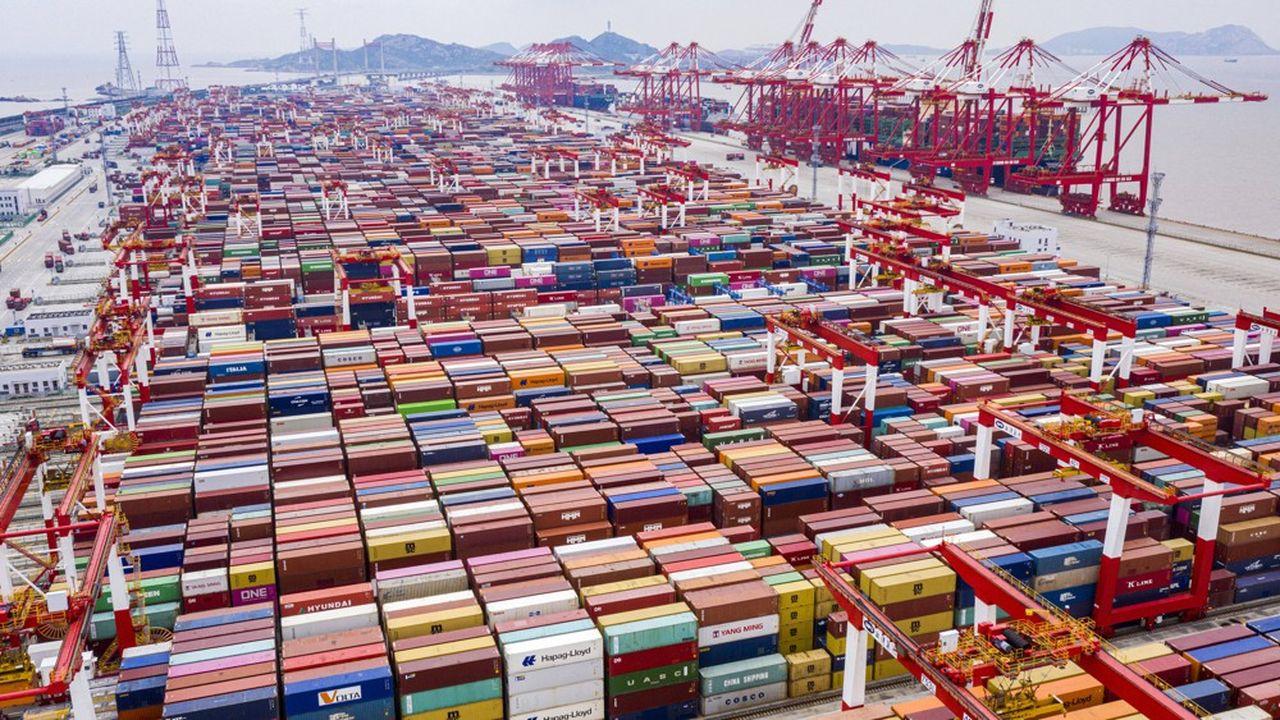 Les containers dans le port en eaux profondes de Shanghaï.