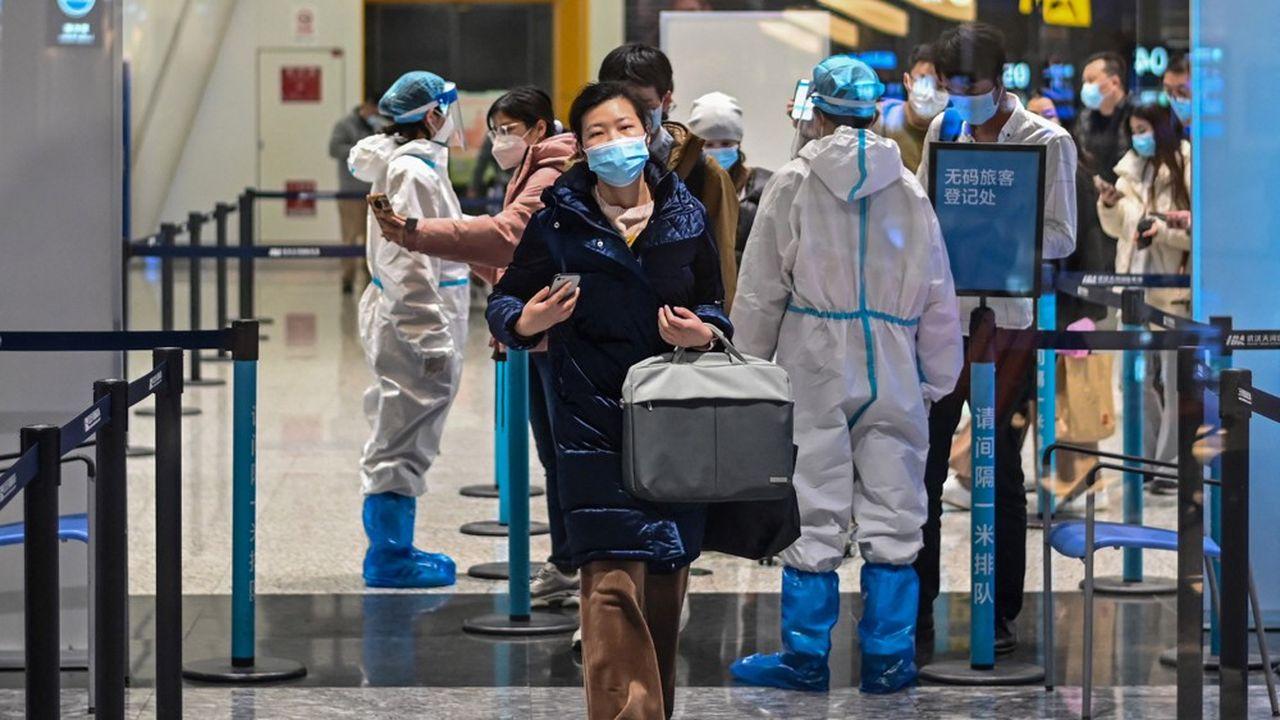 Un an et demi après le début de la pandémie de Covid-19, la Chine ne baisse pas la garde. A l'opposé des pays occidentaux qui rouvrent leurs frontières, la Chine renforce même ses restrictions.