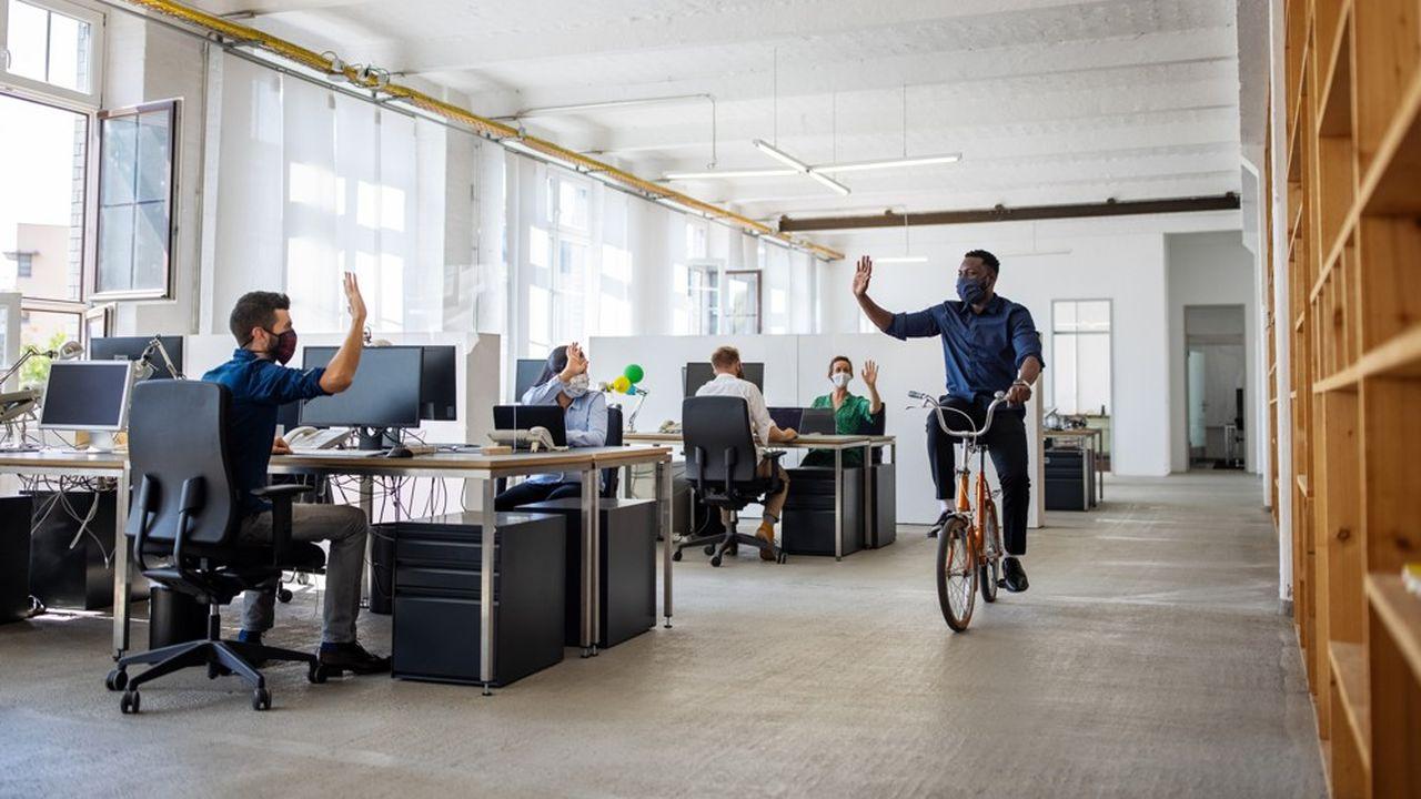 Les salariés que nous avons interrogés voient dans le retour au bureau le signe d'un retour à la vie normale et à la convivialité avec leurs collègues.