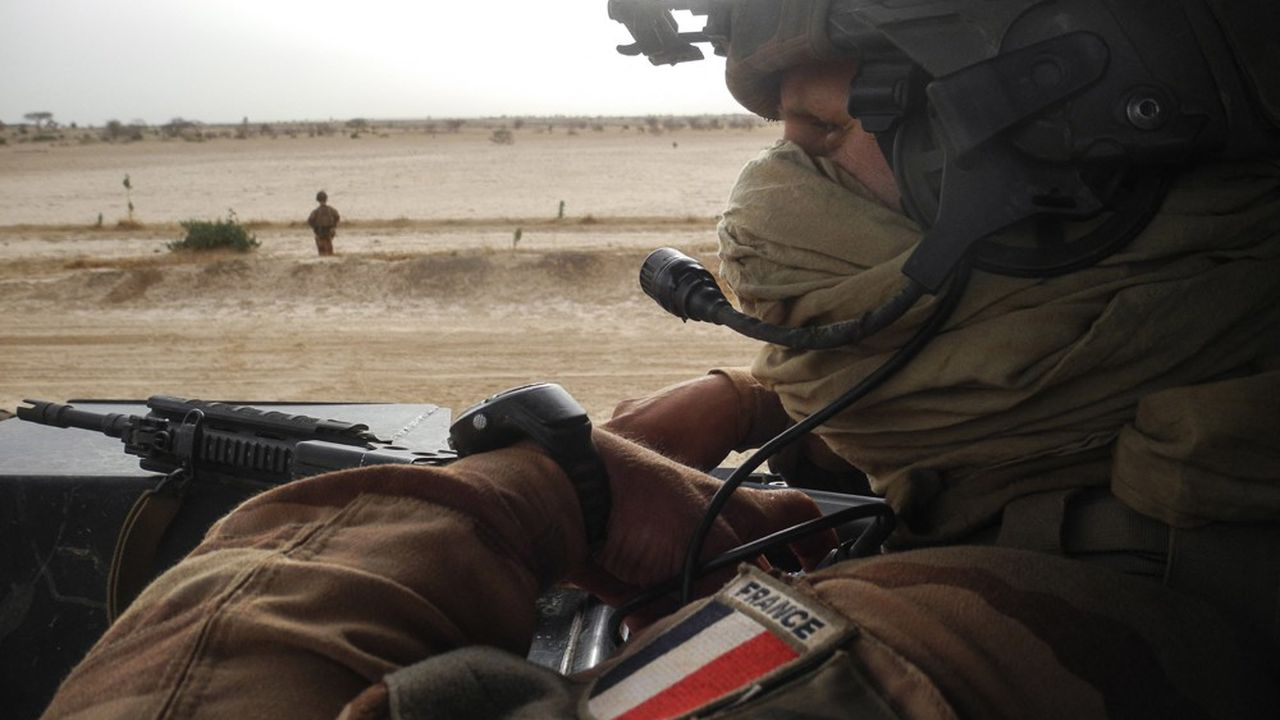 Les militaires français, comme celui assurant la sécurité d'un convoi, ont été déployés pendant huit ans au Mali dans trois opérations successives, Serval, Epervier et Barkhane.