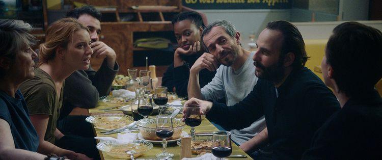 Dans «Médecin de nuit», une tablée de toubibs qui ressemblent à une tablée de comédiens après le spectacle.