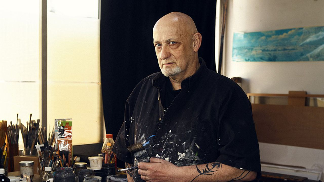 CharlElie Couture est également peintre, écrivain, graphiste et photographe. Photographié dans son atelier à Paris le 2 avril 2021.