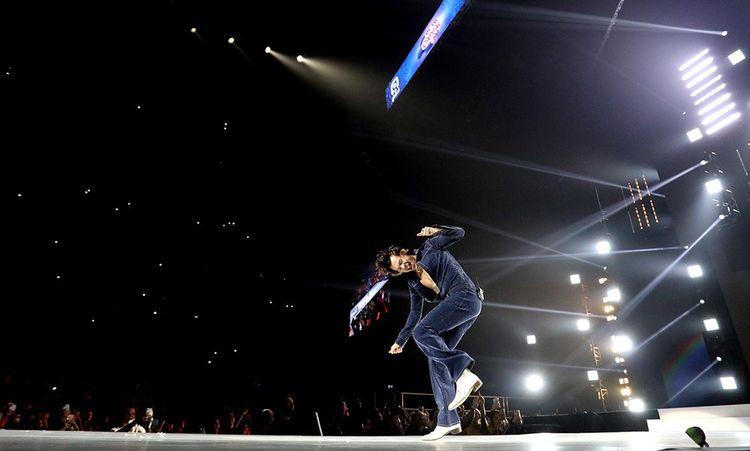 Sur scène lors du concert Jingle Bell Ball, le 7 décembre 2019 à Londres. Le chanteur fait sensation dans un ensemble chemise et jean en maille pailletée, du styliste espagnol Archie Alled-Martinez.