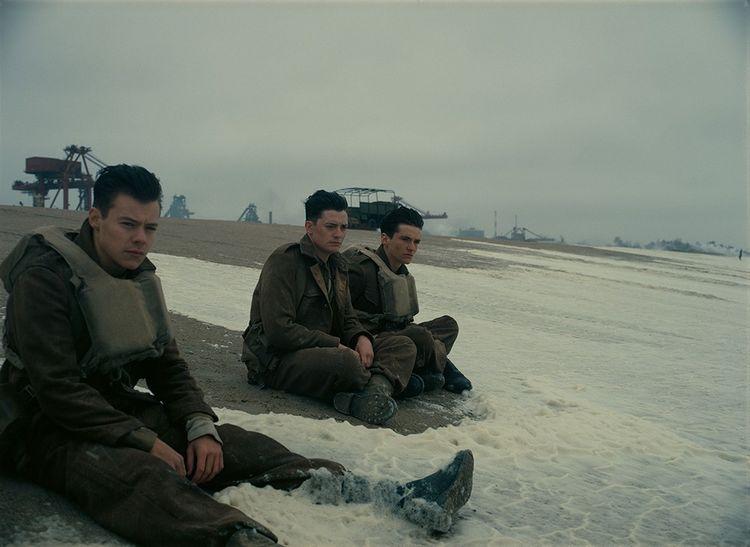 Son premier rôle au cinéma dans « Dunkerque » de Christopher Nolan (2017) - à gauche sur la photo.