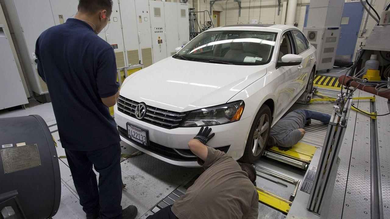 Les constructeurs tricolores sont soupçonnés d'avoir, comme Volkswagen, triché pour minimiser leurs émissions polluantes lors des tests d'homologation.