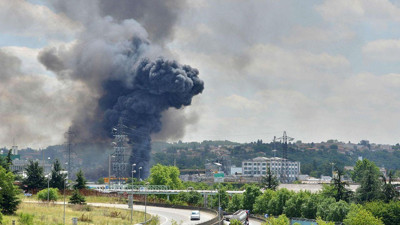 Un violent incendie s'est déclaré en 2016 peu après midi dans des entrepôts de stockage de l'entreprise Bluestar Silicones à Saint-Fons, en bordure de l'autoroute A7.