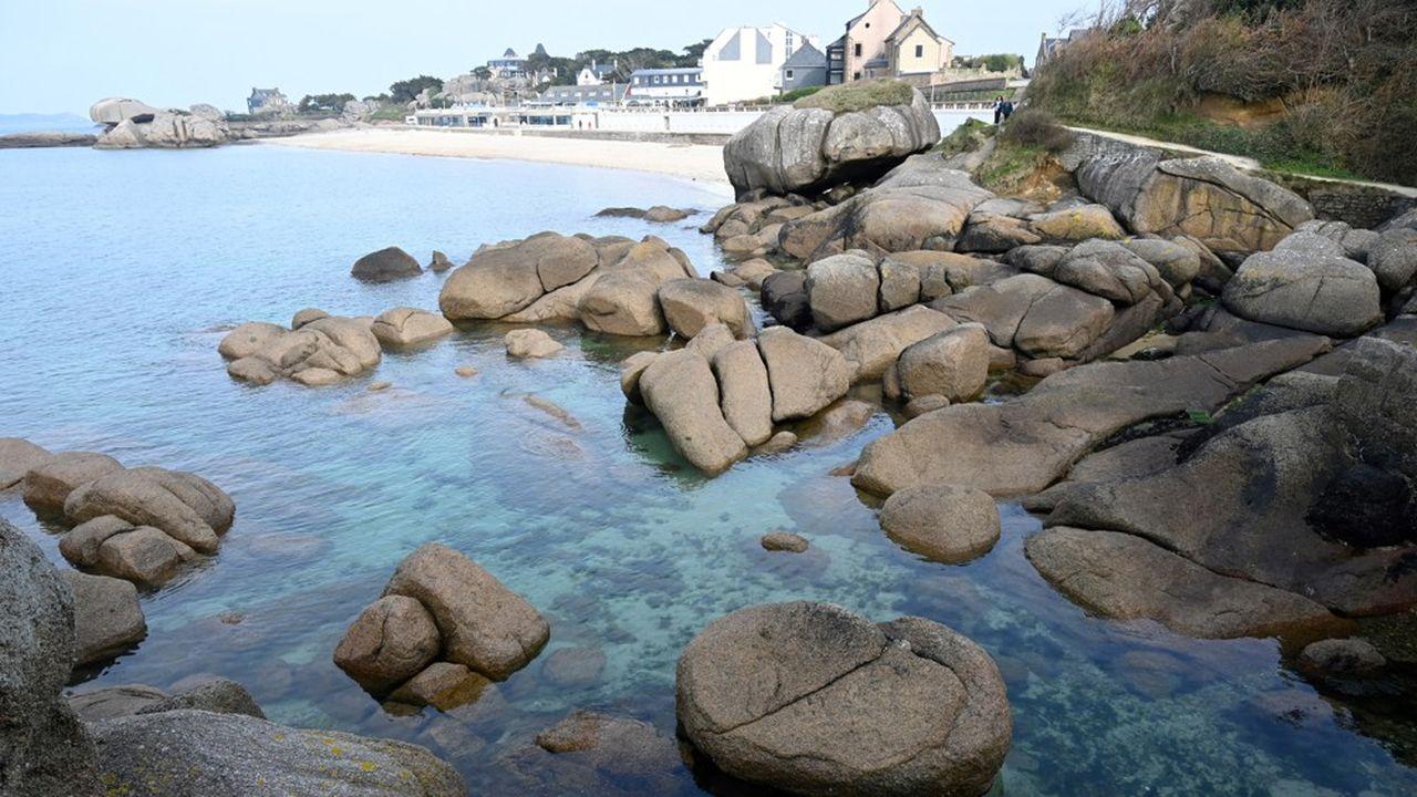 La directrice de l'office de tourisme de la Côte de Granit Rose situé à Lannion (Côtes-d'Armor) croise les doigts et mise aussi sur le retour de la clientèle européenne cet été.