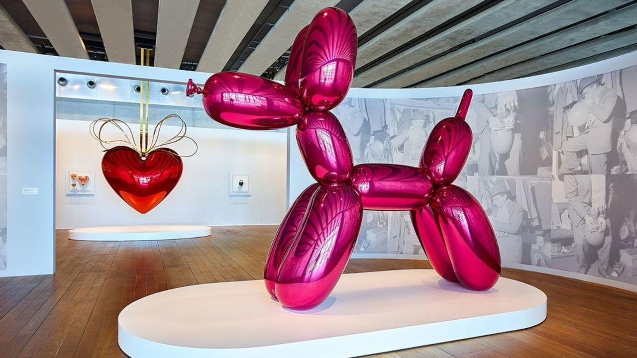 «Balloon Dog» et «Hanging Heart», deux oeuvres emblématiques de Jeff Koons, exposées au Mucem.