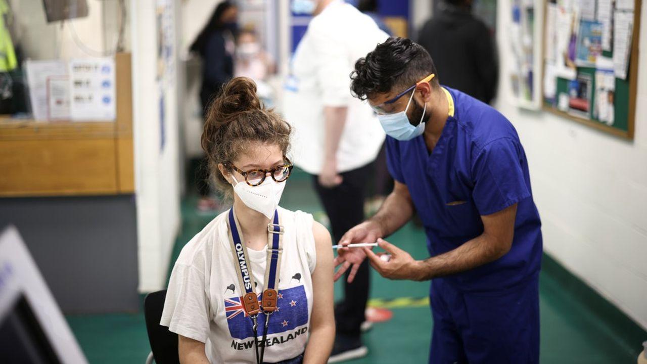 La vaccination des adolescents de 12 à 17 ans sans conditions commence ce mardi en France.