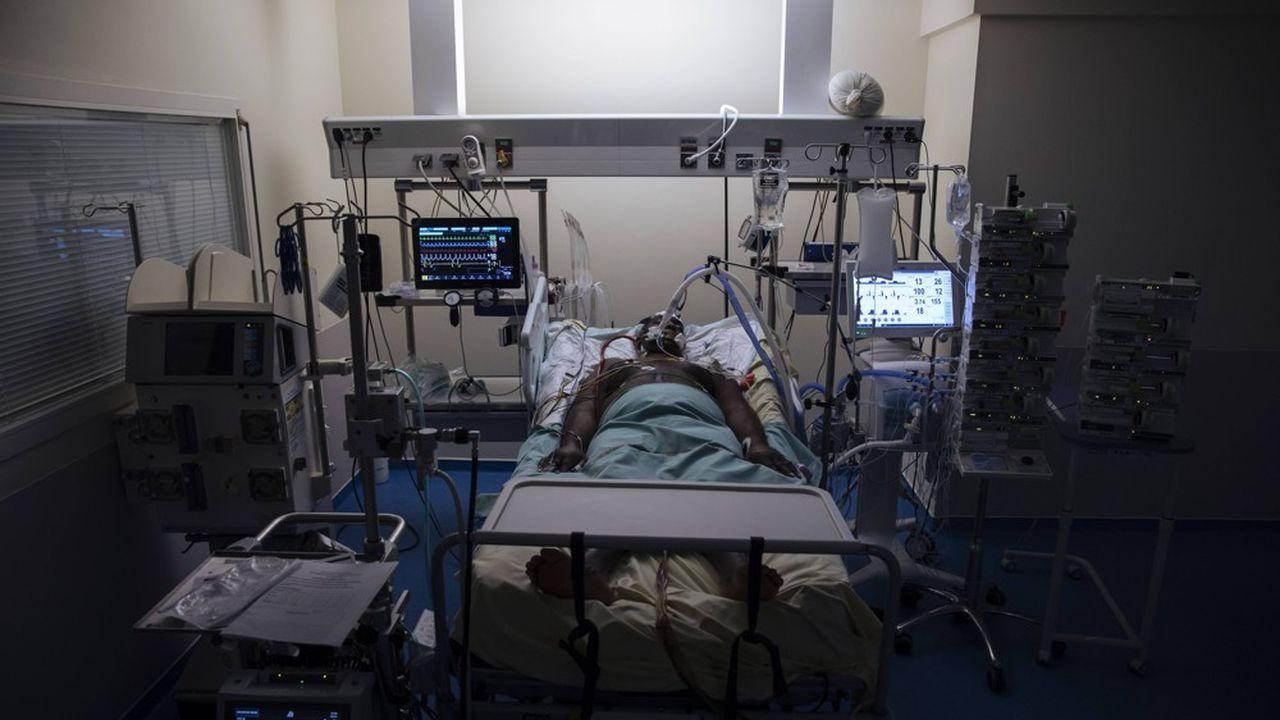 En France, la situation continue de s'améliorer, avec une baisse des contaminations et des hospitalisations.