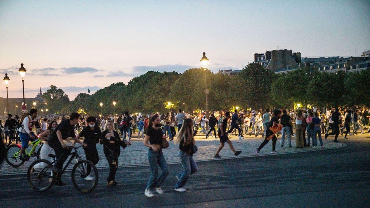 Aux Invalides à Paris, comme dans plusieurs endroits en France, faire respecter le couvre-feu après 23heures devient de plus en plus problématique.