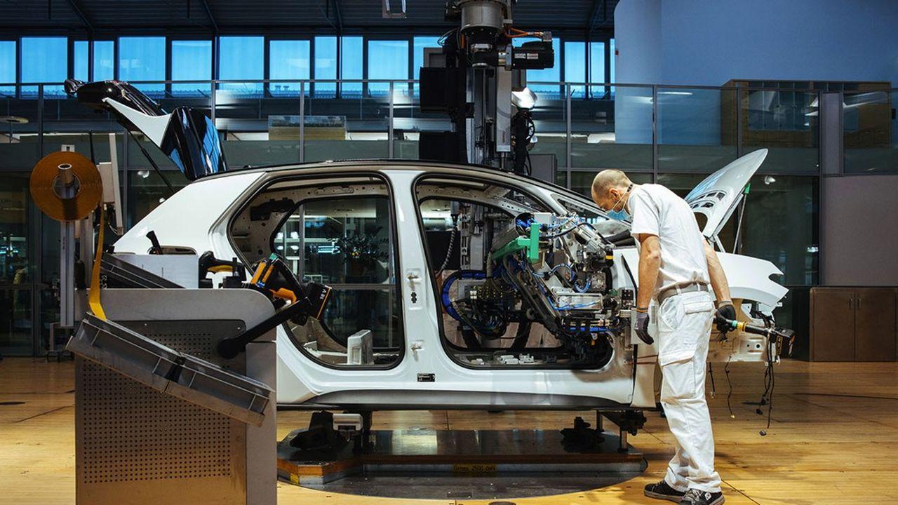 Le seuil de 50% de production purement électrique serait atteint en 2030, avec 6,7millions d'unités sortant des chaînes (ici celle de Volkswagen à Dresde).