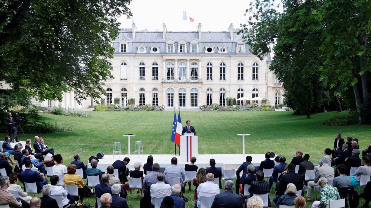Le Président Emmanuel Macron et les membres de la Convention citoyenne pour le climat, le 29juin 2020, dans le jardin du Palais de l'Elysée.