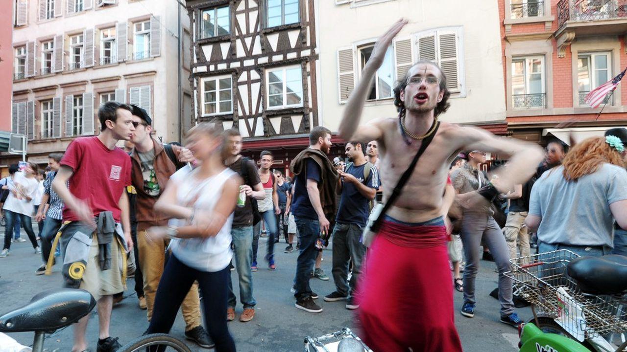 Le protocole, cette année, interdit les concerts dans la rue, les bars et les restaurants et rend le pass sanitaire obligatoire dans les lieux accueillant plus de 1.000 personnes.