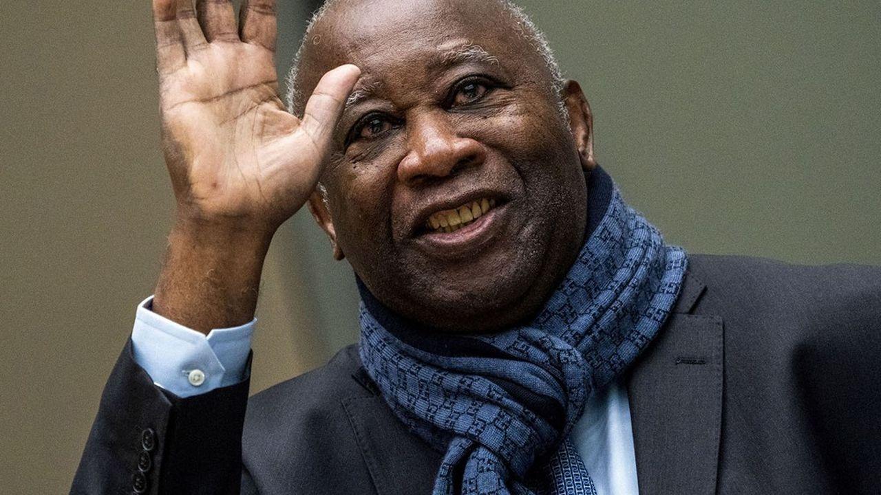 L'ancien président de Côte d'Ivoire, Laurent Gbagbo, ici saluant ses supporters en 2020 à l'entrée de la cour pénale internationale à LaHaye, retourne ce jeudi dans son pays.