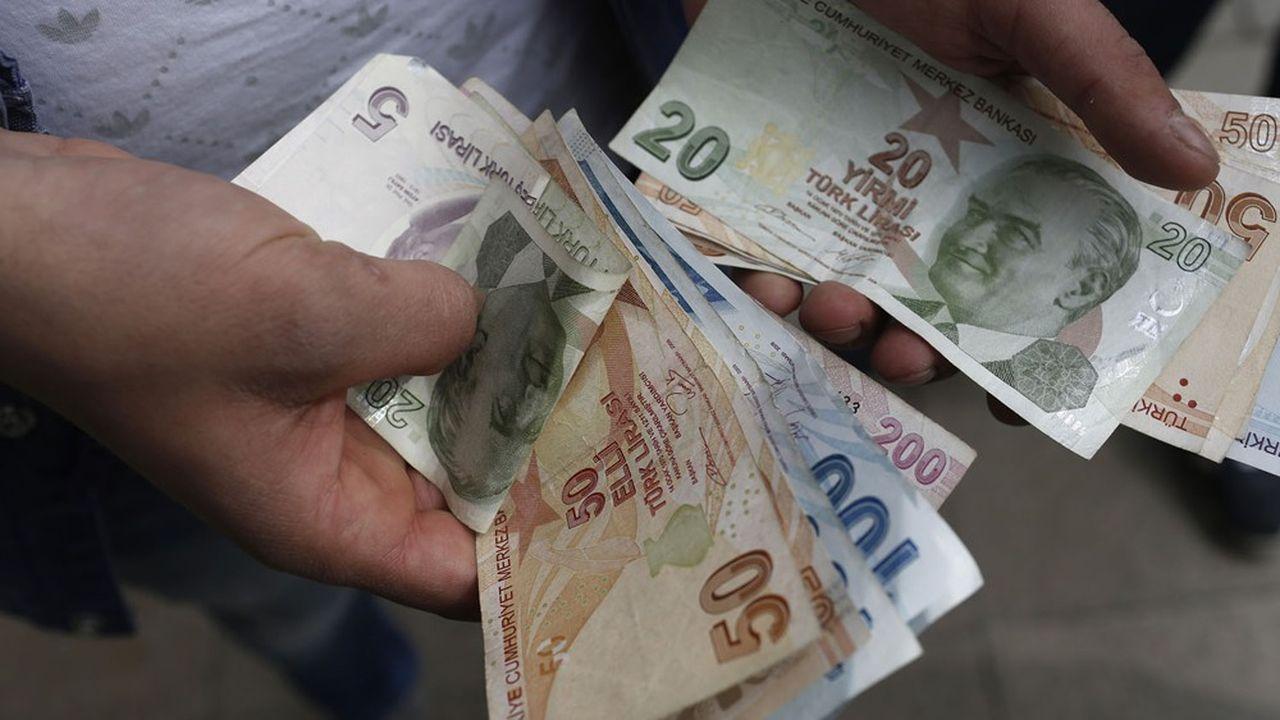 La devise turque a plongé à son plus bas niveau le 3juin à 10,56livres pour un euro et 8,70livres par dollar.