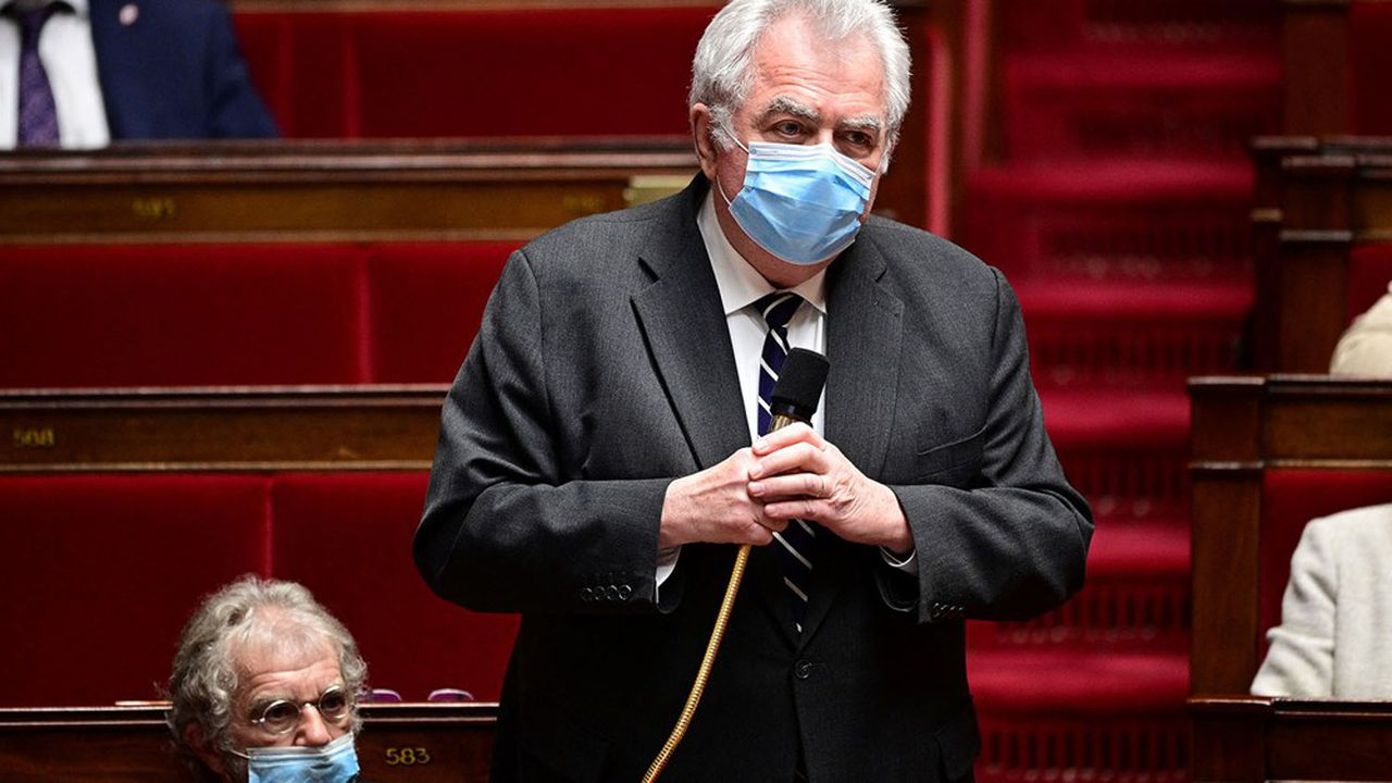 Le Parlement adopte définitivement le projet de loi étendant le passe sanitaire...