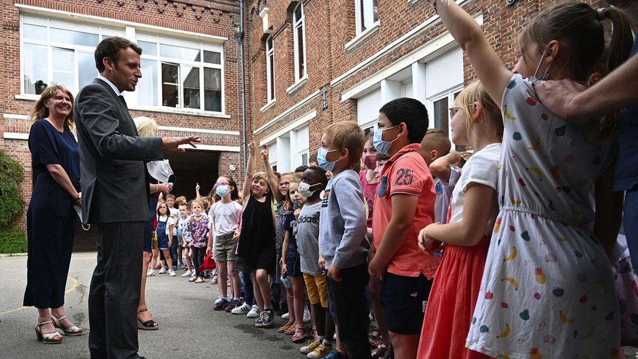 Emmanuel Macron a débuté sa visite dans les Hauts-de-France par une visite de l'école de Poix de Picardie, où il a rencontré des élèves et leurs parents.
