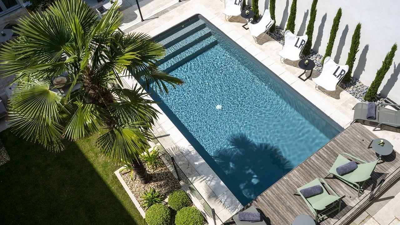 En plein centre-ville de La Rochelle, une piscine dans la cour.